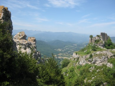Castellated rocky crags complement the ruined château