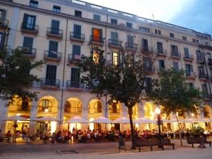 Evening scene in Plaça Independència.