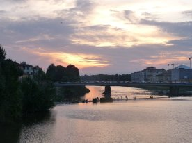 Young people at dusk on the Arno.