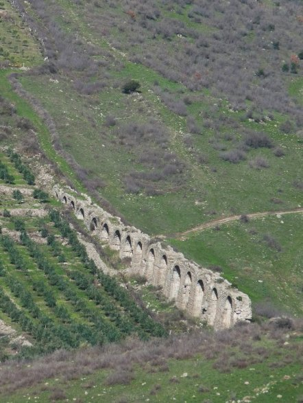 A glimpse of the aqueduct, far below...