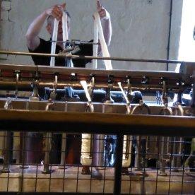 Spinning the raw cotton yarn.