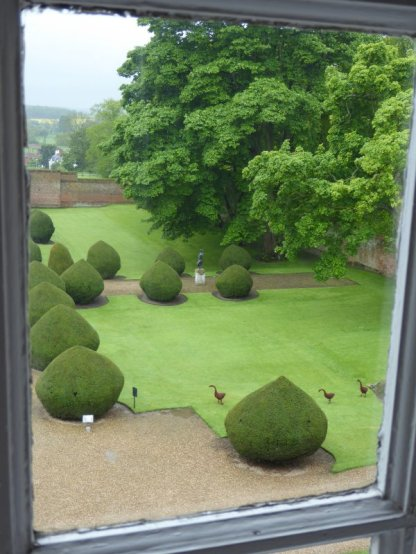 Another glance at the garden, with willow-woven geese.