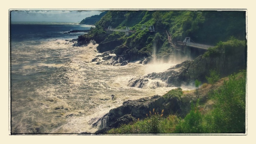 The sea crashes to the cliffs of the Igidae Trail