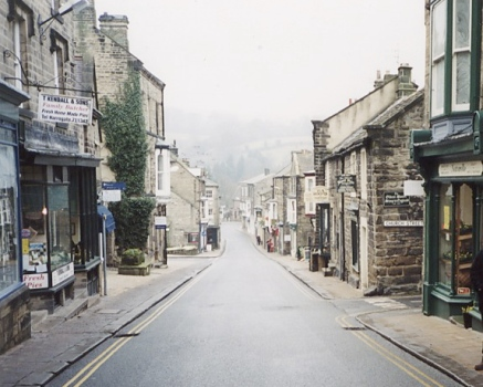 Pateley Bridge High Street (geograph.co.uk vis Wikimedia Commons)